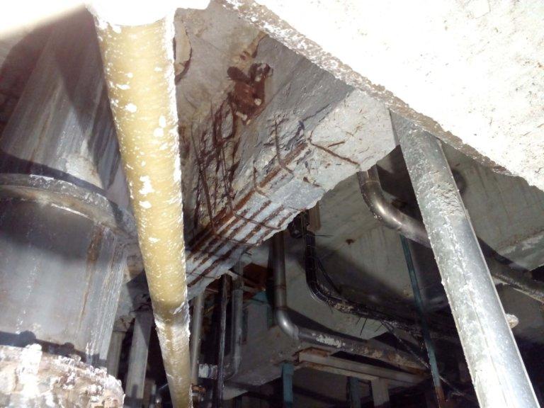 Reparación de la estructura del techo en una zona de ambiente altamente agresivo de la fábrica.