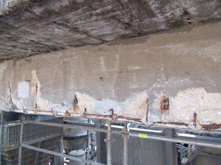 Reparación y refuerzo de la estructura de una viga carril en una nave de almacenamiento