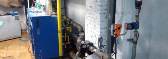 Inspección de sala de calderas en edificio de viviendas